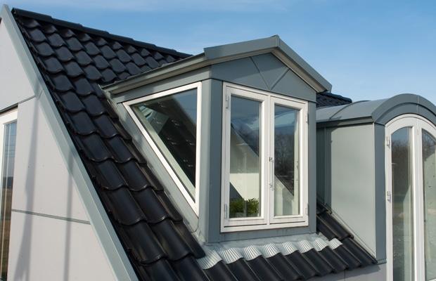 Plaques de toiture isolées avec tuiles